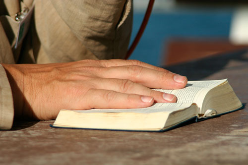 Eine Hand auf einer Bibel