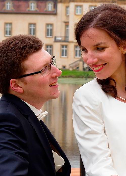 Ein Hochzeitspaar schaut sich verliebt an
