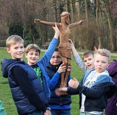 Kinder mit einer Jesus-Figur