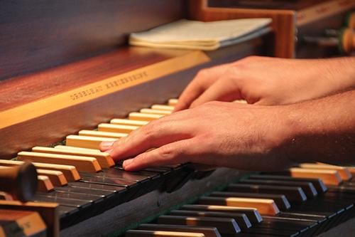 Hände auf einer Orgeltastatur
