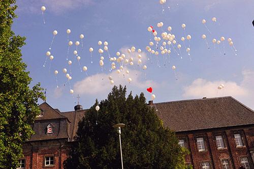 Luftballons steigen über dem Nikolauskloster auf