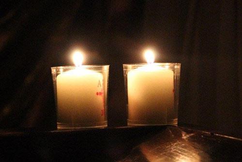Kerzen werden aufgestellt